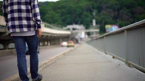 Młodego człowieka odprowadzenie wzdłuż mostu zdjęcie wideo