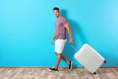 Młodego człowieka odprowadzenie z walizką zdjęcie stock