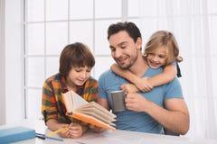 Młodego człowieka ojca rodzinny czas z dzieciakami Fotografia Royalty Free