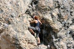 Młodego człowieka pięcie na wapień ścianie z szeroką doliną na tle Zdjęcia Royalty Free