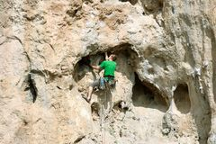Młodego człowieka pięcie na wapień ścianie z szeroką doliną na tle Zdjęcia Stock