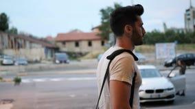 Młodego człowieka plenerowy odprowadzenie z plecakiem zbiory