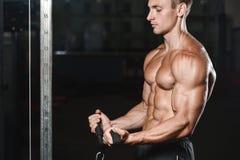 Młodego człowieka pociąg w gym opieki zdrowotnej stylu życia seksownym caucasian mężczyzna Obrazy Royalty Free