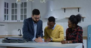Młodego człowieka podpisywania własności kontrakt z jego żoną zbiory wideo