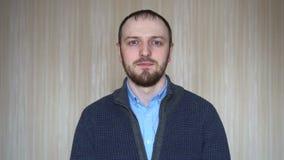 Młodego człowieka portret pomyślny biznesowy przedsiębiorca patrzeje poważny zadumanego przy kamerą zamkniętą w górę zdjęcie wideo