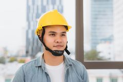 Młodego człowieka pracownik z żółtym hełmem na budowie zdjęcie royalty free