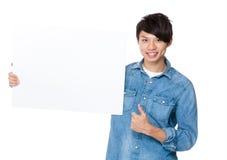 Młodego człowieka przedstawienie z puste miejsce deską z kciukiem up Zdjęcie Stock