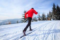 Młodego człowieka przez cały kraj narciarstwo Obraz Royalty Free