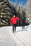 Młodego człowieka przez cały kraj narciarstwo na uroczym zima dniu Obrazy Royalty Free