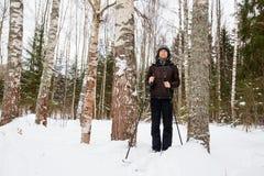 Młodego człowieka przez cały kraj narciarstwo w lesie Zdjęcia Stock