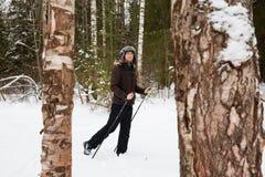 Młodego człowieka przez cały kraj narciarstwo w lesie Zdjęcia Royalty Free