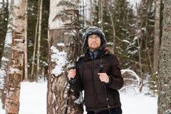 Młodego człowieka przez cały kraj narciarstwo w lesie Fotografia Royalty Free