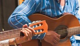 Młodego człowieka ` s wręcza strumming gitarę w Madryt, Hiszpania Obrazy Stock