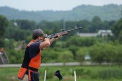 Młodego człowieka skeet strzelanina z powietrzną skorupą Fotografia Stock