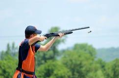 Młodego człowieka skeet strzelanina z powietrzną skorupą Zdjęcia Royalty Free