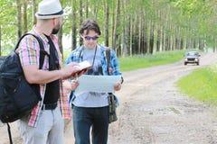 Młodego człowieka spojrzenia przy mapą obrazy stock