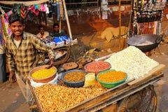 Młodego człowieka sprzedawania popkorn przy Kinari bazarem w Agra, Uttar Prades Obrazy Royalty Free