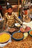 Młodego człowieka sprzedawania popkorn przy Kinari bazarem w Agra, Uttar Prades Obrazy Stock