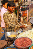 Młodego człowieka sprzedawania popkorn przy Kinari bazarem w Agra, Uttar Prades Obraz Stock