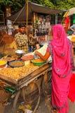 Młodego człowieka sprzedawania popkorn przy Kinari bazarem w Agra, Uttar Prades Fotografia Stock