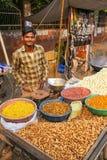 Młodego człowieka sprzedawania popkorn przy Kinari bazarem w Agra, Uttar Prades Zdjęcie Royalty Free