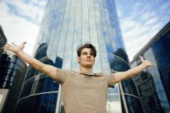 Młodego człowieka stojak przed nowożytnym biznesem Fotografia Royalty Free