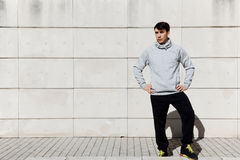 Młodego człowieka stojaki na lekkim tle ogrodzenie Obraz Stock