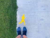 Młodego człowieka stojaki na pasie startowym pojęcie zdrowy styl życia obraz stock