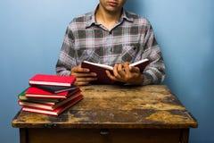 Młodego człowieka studiowanie Zdjęcia Royalty Free