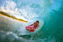 Młodego człowieka surfing Fotografia Royalty Free