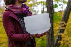 Młodego Człowieka trwanie mienie jego krystaliczny puchar solemnly w lasowy 3/4 fotografia stock