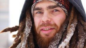 Młodego człowieka uśmiechu kamera w zima śnieżnym lasowym facecie outdoors chodzi bielu parka zbiory wideo