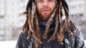 Młodego człowieka uśmiechu kamera w zima śnieżnym lasowym facecie outdoors chodzi bielu parka zbiory