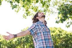 Młodego człowieka uczucie uwalnia w parku Fotografia Royalty Free