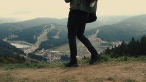 Młodego człowieka wycieczkowicz chodzi outdoors na tle góra krajobraz zbiory wideo