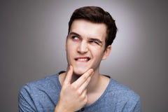 Młodego człowieka zastanawiać się Zdjęcia Stock