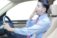 Młodego człowieka ziewanie w samochodzie Zdjęcie Royalty Free