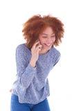 Młodego czarnego afrykanina Amerykańska kobieta robi rozmowie telefonicza na jej sm Zdjęcie Royalty Free