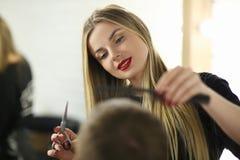 Młodego fryzjera Tnąca samiec w piękno salonie zdjęcie stock