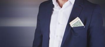 Młodego moda biznesowego mężczyzny kostiumu kieszeniowy pieniądze zdjęcie stock