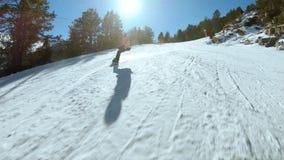 Młodego modnisia żeński snowboarder na pogodnym skłonie zdjęcie wideo