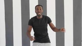 Młodego modnisia przystojnego afroamerican murzyna hip hop dancingowy styl zdjęcie wideo