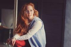 Młodego modnisia studencka kobieta lub kreatywnie freelance projektant na pracie Ranek w ministerstwie spraw wewnętrznych lub szt Obrazy Stock