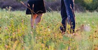 Młodego pięknego coupleon naturalny tło Zdjęcia Stock