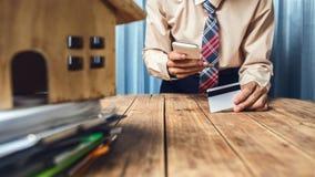 Młodego prawnika biznesowy mężczyzna pracuje ciężką odgórną pomoc jego klienta dowcip Obrazy Stock