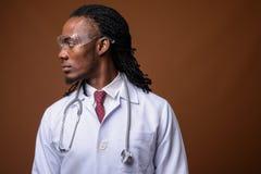 Młodego przystojnego Afrykańskiego mężczyzna szkieł doktorska jest ubranym ochronna aga Obraz Stock