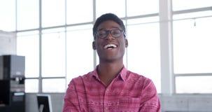 Młodego przystojnego amerykanin afrykańskiego pochodzenia męska wykonawcza pozycja w nowożytnym biurze 4k zdjęcie wideo