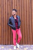 Młodego przystojnego faceta Arabska pozycja w pełnym przyroscie i pozach, kibel fotografia royalty free