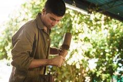 Młodego rzeźbiarza artysty Pracuje I Sculpting drewno Statue-1 Zdjęcie Royalty Free