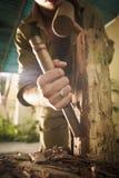 Młodego rzeźbiarza artysty Pracuje I Sculpting drewno Statue-3 Fotografia Stock